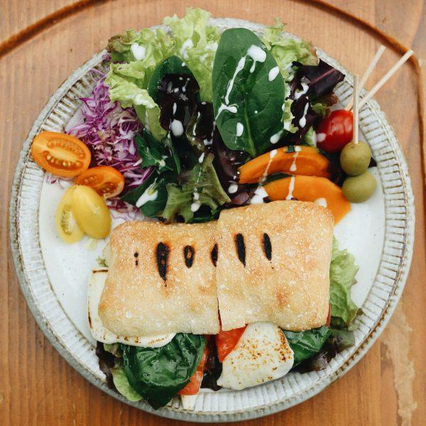 トマトとチーズのカプレーゼサンドプレート