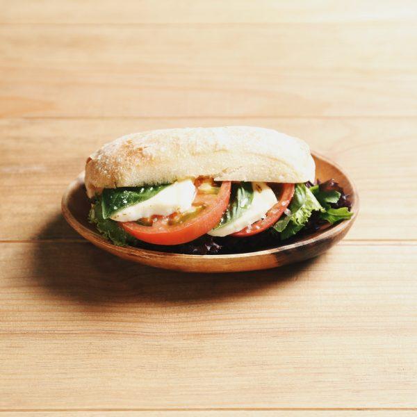 トマトとチーズのカプレーゼ風サンド